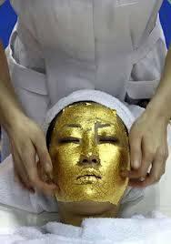 Awalnya dibuat di Jepang, facial wajah dengan lapisan emas 24 karat . Perawatan spa yang sangat mewah ini dikatakan mengencangkan kulit dan mengurangi keriput serta bintik matahari. Biaya untuk sekali sekitar US $ 500