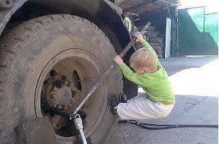Biar Greget Anak kecil ini ingin mengganti ban truck yang ukurana lebih besar dari pada ukuran badana