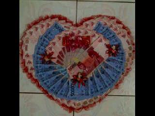 Bentuk Kasih sayang dari Uang 100 ribuan dan 50 ribuan untuk valentine teman saya saya sangat unik dalam memberikan foto valentine ke pacarnya ~WoW~ nya