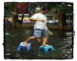 buat kalian semua yg tinggal di daerah rawan banjir,mungkin sendal kursi inovasi yg satu ini bisa jadi solusi buat kalian semua... WOW