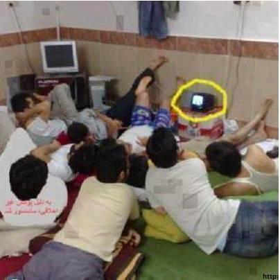 Kebersamaan Tiada Akhir - Lihat Deh Aksi sekumpulan pemuda kost ini, nonton bareng acara TV dengan TV yang sebesar itu (dilingkari kuning) - karena mereka yakin, kebersamaan adalah yang utama :D