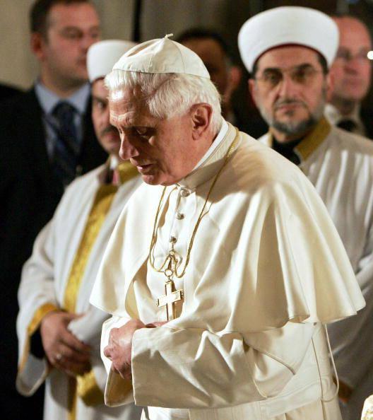 WoW... Paus Benediktus XVI jadi Muallaf.....??? suasana dimana paus pertamakalinya menginjakkan kakinya di mesjid biru ISTANBUL, TURKI..