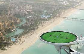 Bagaimana jadinya jika bermain tenis di lapangan yang mendekati langit? Jika penasaran, Anda bisa mencobanya di lantai atas hotel Burj Al Arad di Dubai, Uni Emirat Arab dengan perkiraan ketinggian 198,12 meter.
