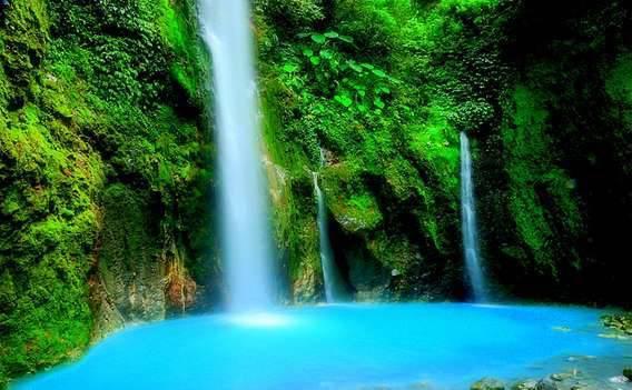 Namanya Air Terjun Dua Warna. Air Terjun Dua Warna terletak di kawasan hutan di Gunung Sibayak,deli serdang. Lokasinya masih asri, pemandangan di sekitar air terjun dipenuhi pepohonan hijau dan bebatuan,dg warna air perpaduan biru dan hijau..
