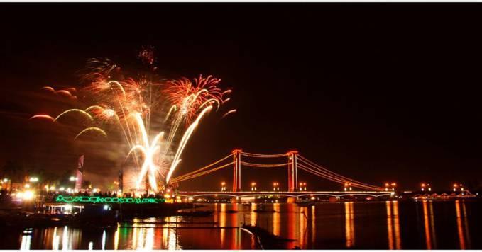 WOW Foto saat pergantian tahun 2013 kmarin. . Ada yg tau nama jembatan ini. . .jembatan ini berada di kota Palembang
