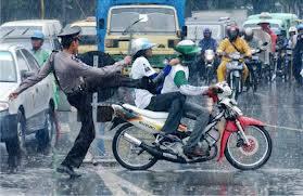 great timming like polisi menendang pengendara.....