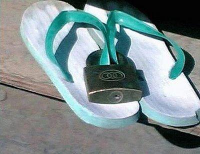 cara menjaga keamanan sendal agar tidak bs d pakai oleh orng lain, hahahahahahaha................!
