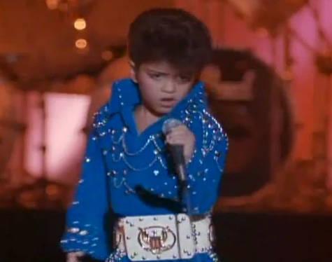 Inilah foto Bruno Mars, saat ia masih Kecil, Sejak kecil ia sudah menjadi penyanyi Terkenal lho .. Saat itu Bruno Mars sedang mengenakan pakaian ELVIS