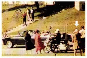 Jika Anda pernah menyaksikan rekaman pembunuhan Presiden John F. Kennedy di Dallas tahun 1963, perhatikan di sudut kanan rekaman itu. Ada seorang wanita berkerudung babushka (selendang buatan Rusia) yang tampak merekam kejadian. Wanita itu diya