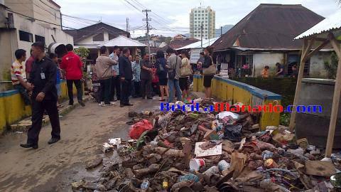Tumpukan sampah pasca terjadinya bencana banjir di Wonasa Kota Manado saat dikunjungi Wakil Gubernur Sulut Djouhari Kansil