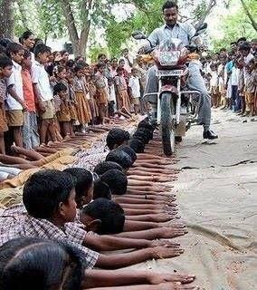 hukuman siswa di india yg tidak mengerjakan PR . . SADIS !!