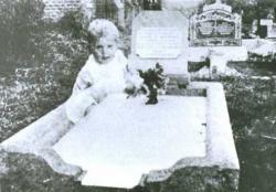 Penampakan Balita duduk di samping Kuburan