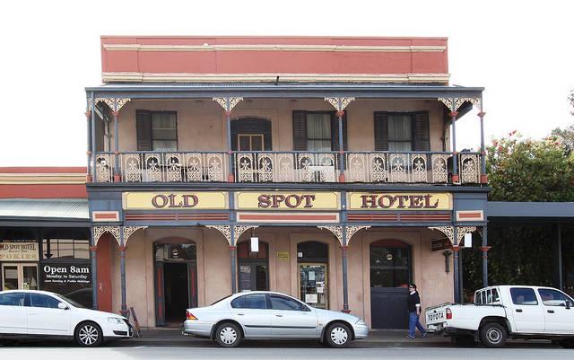 The Old Spot Hotel The Old Spot Hotel mrpkn bngnan prtma yg dibngn oleh kota Gawler, Australia bgian Selatan th 1980. Di prtnghn tahun 1990 Diman seorang tamu hotel menangkap 3 gambar aneh di kameranya yg tak lain adalah penampakan hantu.