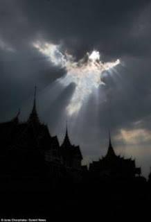 fenomena penampakan malaikat di atas kuil budha wowww