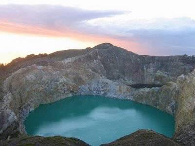 Danau tiga warna terletak Di Gunung Kelimutu, Flores,NTT. bisa airnya bisa berubah warna tergantung dari faktor alam