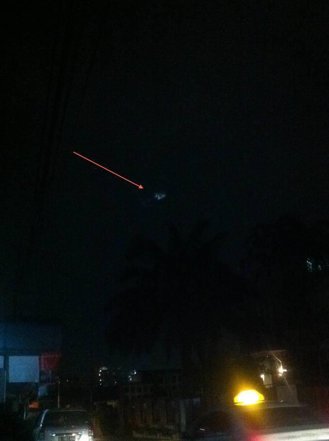 Penampakan aneh teman saya foto sendiri di daerah Jakarta selatan sekitar pukul 01:00 dini hari tanggal 20/2/2013, apakah ini sebuah UFO? foto ini asli dari hp teman saya tanpa di edit !