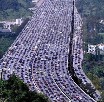 Ini gambar macet yang masuk rekor terpanjang di dunia. Bukan di Indonesia, melainkan Cina. Mobil mengantri hingga 260 kilometet! Wowww AMAZING..!!
