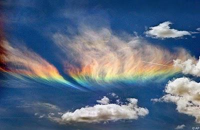 Fenomena yang biasa disebut Busur Circumhorizon sebenarnya terjadi akibat sinar matahari yang menembus awan-awan terang yang berada di ketinggian yang cukup tinggi. Karena awan-awan itu terbentuk akibat kristal-kristal heksagonal KEREN *.*
