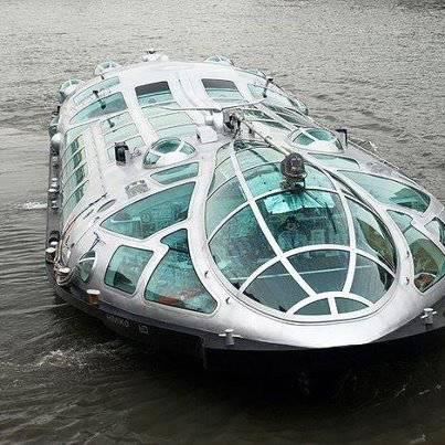 river bus di Jepang. menurut kamu bentuknya lebih mirip pesawat luar angkasa ketimbang kendaraan air :D