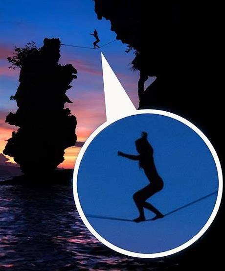 Seorang wanita yang terkenal suka melakukan aktivitas ekstrem, Hayley Ashburn (24 thn) asal San Fransisco, Amerika Serikat kembali melakukan aktivitas menantang maut ia berjalan di atas tali pada ketinggian 120 kaki tanpa mengunakan pengaman.
