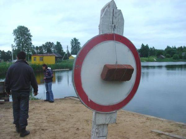 Anda mau tau kegunaan lain dari batu bata? Nah...Selain untuk bangunan juga untuk tanda garis dilarang masuk... HAHAHAHA:XD