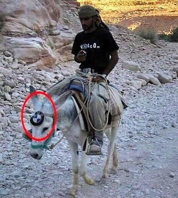 perhatikan lingkaran merah....keledai rasa BMW....
