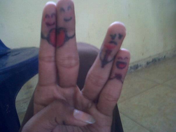 Diceritakan sepasang kekasih yang menikah yaitu jari tengah dan jari telunjuk. dan jari manis yang sedang cemburu kepada jari telunjuk yang menikah dengan jari tengah ,, dah jari kelingking yang tertawa melihat jari manis....
