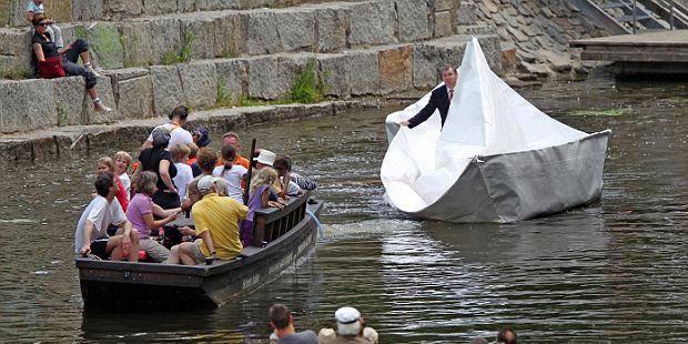 Wew,, perahu kertas terbesar.. sampai sampai bisa di naikin wkwk :D WOW nya kawaaaaannn...