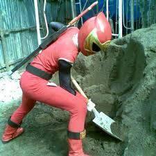 power ranger bekerja membangun rumah