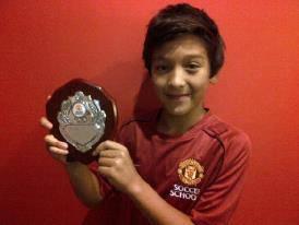 Jack Brown,bocah 11 tahun berdarah Indonesia yang meraih penghargaan dan juara The World Final Skill Test 2012 MU Soccer Schools, memajang foto dirinya dengan penghargaan dari Manchester United Soccer Schools (MUSS).