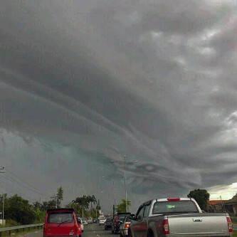 Inilah awan naga di palangkaraya sebelum bencana kiamat sugra (kiamat kecil) Angin puting beliung di palangkaraya