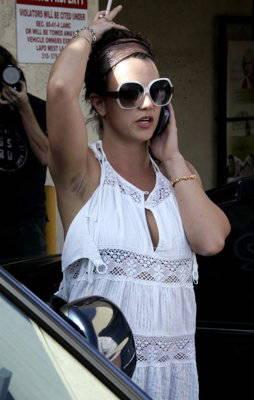 Foto langka... Britney Spears hari ini lupa mencukur bulu ketiaknya!