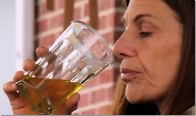 Carrie, wanita 53 tahun asal Colorado memiliki banyak kebiasaan aneh, namun hal ini yang paling aneh yaitu minum dan mandi dengan air kencingnya sendiri setiap hari...