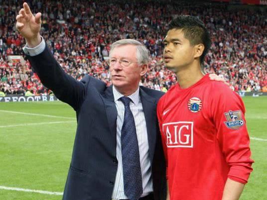 inilah bambang pamungkas saat dilatih bapak Sir Alex Ferguson.......hahaha.... jangan lupa WOWnya ya ciiin.....