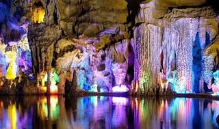 G Gua Pelangi Bawah tanah yang Menakjubkan. Sebuah gua yang berada di China memiliki keindahan yang sangat luar biasa ,Reed Flute Cave (Lu Die Yan) adalah gua bawah tanah yang berada di 5 km pusat utara kota Guilin China