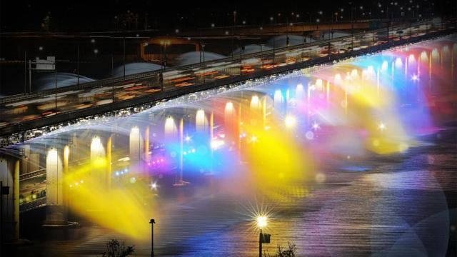 Air mancur/ air terjun buatan ini ada di ibukota Korea Selatan yakni Seoul, wisatawan bisa menikmati pertunjukan air terjun pelangi di Jembatan Banpo... Jangan pelit WOWnya yaa ^_^