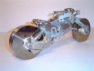 miniatur sepeda motor dengan ukuran 18 inci ini dibuat dari bagian-bagian komputer tua..!!! Cool :D