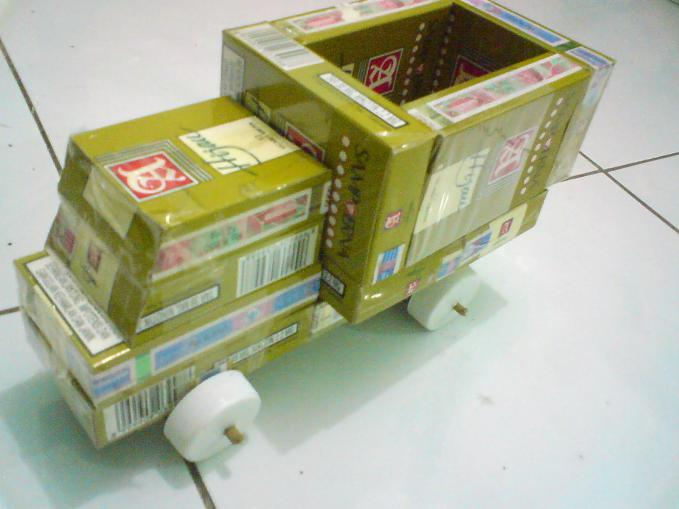 Kreasi mobil mainan dari bungkus rokok..!!! kreativ ya :D