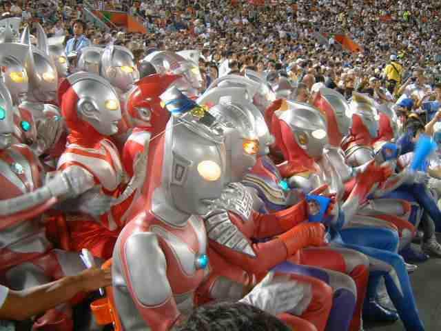 Nonton Piala Dunia bareng Ultraman !! asiknya :D WOWnya donk