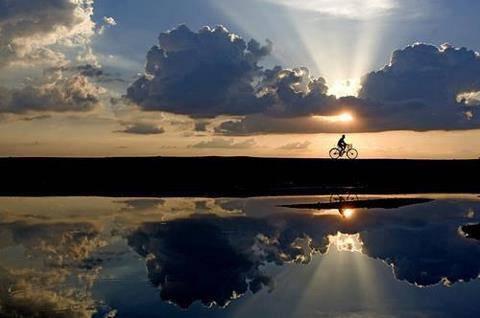WOW...air lautnya kayak cermin hingga tampak sama dengan yang aslinya, menghasilkan kembaran sunset. kerennya...