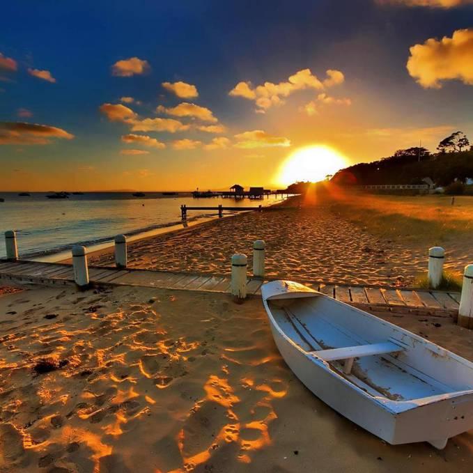 pemandangan di pantai saat senja hari....
