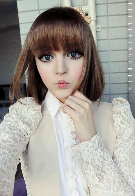 Dakota Rose atau Kota Koti ini Lucu ya!! Gaya yang terinspirasi anime Jepang membuatnya populer di segala penjuru Asia. Mata besar, Rambut panjang, bibir Cupid dan kulit Porselen bikin dia lucu. Usianya kira kira 17-19 thn.