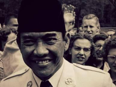 Agak sulit membayangkan Indonesia tanpa sepak bola. Sepak bola sudah menjadi olahraga rakyat di negeri berpenduduk 230-an juta ini. Bahkan, sebelum digempur neolieralisme, hampir setiap kampung punya lapangan bola. Sepak bola dicintai banyak or