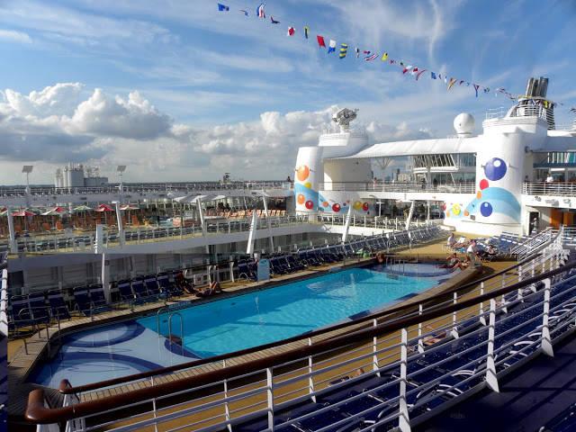 Oasis Of The Seas, kapal pesiar terbesar di dunia dengan bobot 225.280 ton. Kapal yang dibangun dengan biaya Rp 14 triliun, memiliki kabin 20 tingkat yang bisa menampung 6300 penumpang. Dengan segala fasilitas yang ada....