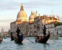 Venesia_ itaLia Perjalanan dngn gondola d kanal-kanal kota sudah mnjdi simbol romantisme kota ini. Perjalanan dngn dduk berdekatan dngn pasangan dan dengan penuh kekaguman melihat bagian kota yang indah. Venesia adlah kota yg romantis di dunia