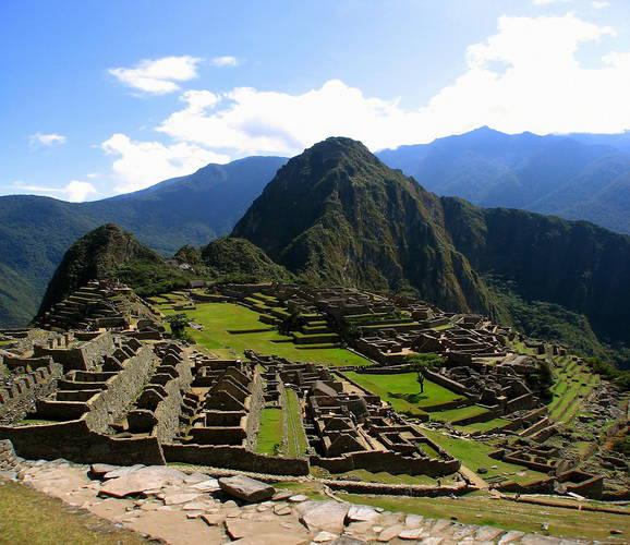 Machu Picchu, Peru Machu Picchu di Peru, yang berarti Puncak Tua, adalah salah satu situs kuno paling misterius di dunia. Menurut legenda, Machu Picchu sudah lama dianggap sebagai tempat suci.