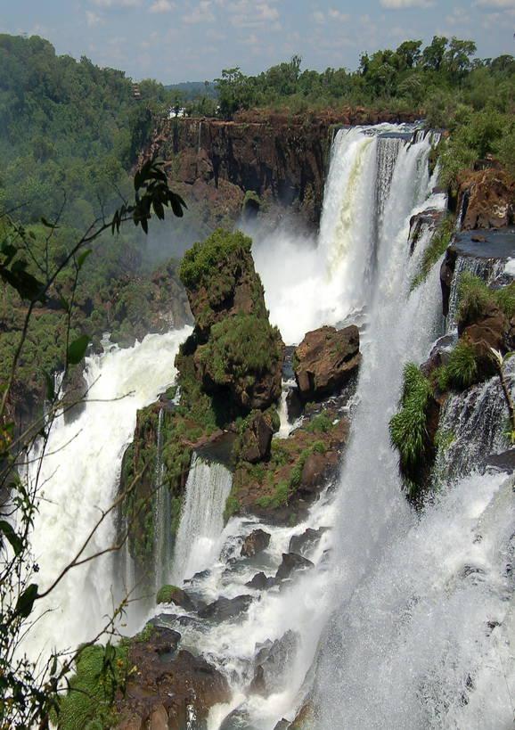 Air terjun Iguazu, Argentina-Brasil Perbatasan Digembar-gemborkan sebagai air terjun paling indah di dunia, air terjun Iguazu adalah sebuah keajaiban alam yang sejati. Mereka berada di perbatasan Argentina, Brasil, dan Paraguay.