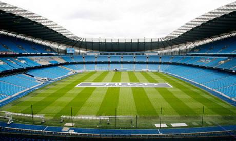 tahu ini stadion klub apa??????? , petunjuk klub ini di inggris dengan jersey warna biru dan sponsornya maskapai penerbangan ETIHAD