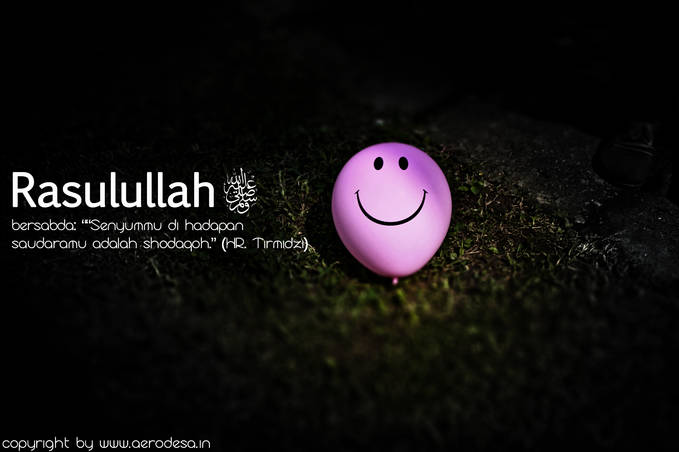 Senyum adalah sedekah, dihadapat saudara kita :)