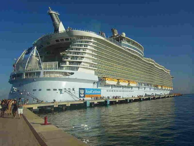 Woow..betapa mewahnya kapal pesiar ini, anda bisa bayangkan tentang kemewahan kapal pesiar ini dgn hanya melihatnya dari luar saja, kira2 berapa ya harga paket LIBURAN di kapal ini..? wkwkw..seharga tiket naik BUSWAY di JAKARTA kah..?? haha..